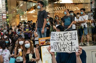 2020年6月28日、一部の香港市民が繁華街で国家安全維持法の可決と成立に抗議した(Anthony Kwan/Getty Images)