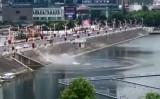貴州省安順市で7月7日、多くの乗客を乗せたバスが、突然方向を変え、貯水池に突っ込んだ(微信)