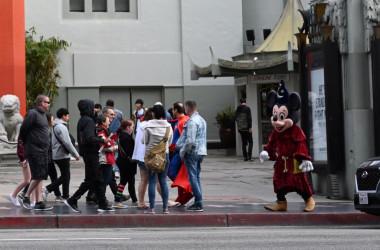 3月、カリフォルニア州で訪米ツーリストに近ずく着ぐるみのキャラクター(Getty Images)