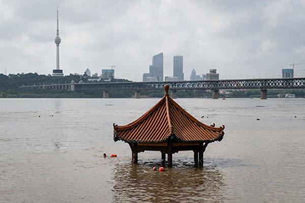 2020年7月6日、洪水で水に浸かった湖北省武漢市観江亭(STR/AFP via Getty Images)