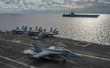 7月6日、南シナ海で訓練する米軍。戦闘機F/A-18Eスーパーホーネットが待機する空母USSロナルド・レーガン(前方)と、空母ニミッツ(後方)(U.S. Navy)