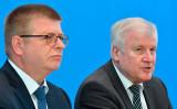 ドイツ連邦憲法擁護庁のトーマス・ハルデンヴァング長官(左)とホルスト・ゼーホーファー内務相(右)(TOBIAS SCHWARZ/AFP via Getty Images)