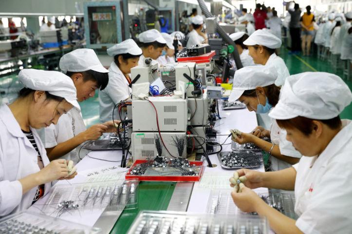 安徽省の精密機器工場で働く女性作業員たち。2018年撮影(GettyImages)