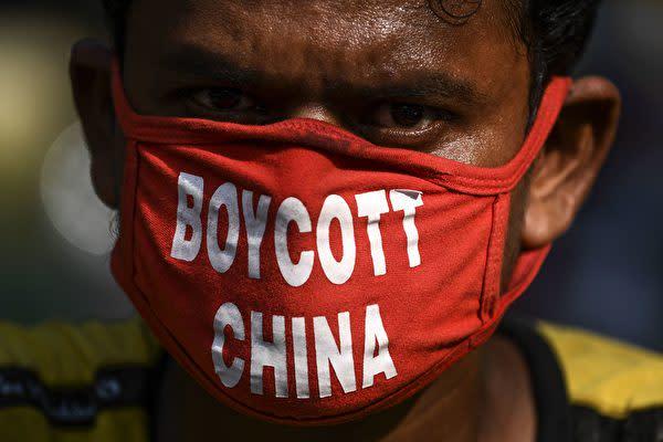 「ボイコット中国」と書かれたマスクを着けているインド市民(SAJJAD HUSSAIN/AFP via Getty Images)