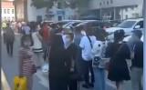 7月16日、ウルムチ市人民医院でPCR検査を受けるために市民が長蛇の列を作った(スクリーンショット)