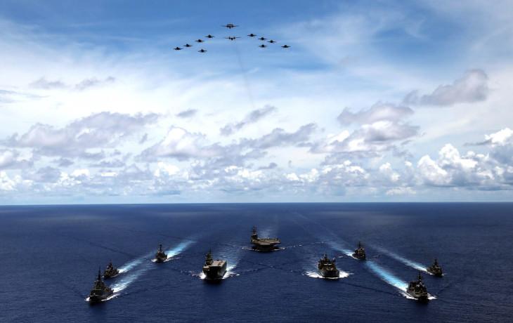 海上自衛隊は7月19日から23日まで、南シナ海および西太平洋で、米空母打撃群とオーストラリア国防軍との3国共同訓練を実施している(海上自衛隊)