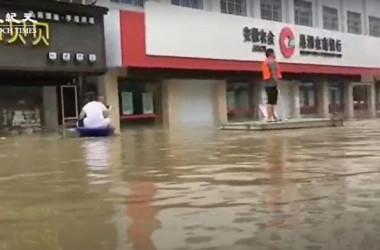 中国当局は事前通知なしに、安徽省の巣湖の水門を開き放水したため、地元多くの住民が深刻な水害に見舞われた(スクリーンショット)
