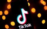 2019年11月21日、パリのタブレット画面に表示された動画共有SNSアプリ「TikTok」 のロゴ (Lionel Bonaventure/AFP via Getty Images)