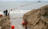 2011年10月27日、ガボン首都リーブルビル(Libreville)の沿岸で海底ケーブルの敷設作業を行っている技術者ら((Photo by - / AFP)