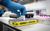 新型コロナウイルスの遺伝子構造の分析を進めるグラスゴー王立研究所、参考写真(GettyImages)