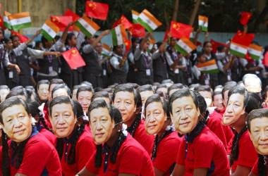 写真は中国・習近平国家主席の仮面をつけるインドの学生たち。2019年10月19日、モディ首相と習主席の非公式会談がチェンナイの学校で行われた(2020年 ロイター/P. Ravikumar)