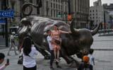 上海中心地にある銅像「チャージング・ブル」。作者はアメリカの彫刻家、アルトゥーロ・ディ・モディカ氏(GettyImages)