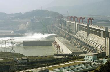 湖北省宜昌市に位置する三峡ダム( LIU JIN/AFP/Getty Images)
