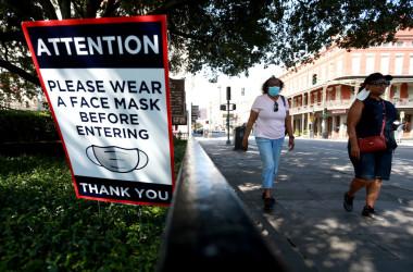 7月、米ルイジアナ州ニューオリンズの路上に掲げられた表示は、マスク着用を促している(Sean Gardner/Getty Images)