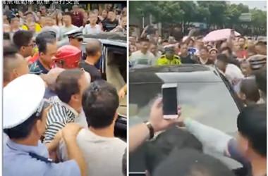 湖南省邵陽市の市民は8月7日、市政府庁舎の前で、電動バイクの取り締まり措置に抗議した。大勢の市民が市幹部の乗っている公用車を取り囲んだ(スクリーンショット)