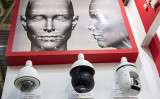 写真は2018年10月24日、北京で開催された第14回中国国際公共安全と安全展覧会で展示された顔認識カメラ(NICOLAS ASFOURI / AFP)