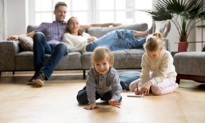 床の上に座る子供。しかし年を重ねるにつれ、柔らかくて座りやすい場所を求める傾向にある(提供:fizkes / Shutterstock)