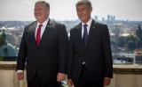 マイク・ポンペオ米国務長官(左)とチェコのアンドレイ・ バビシュ首相(右)、2020年8月12日、プラハで(Gabriel Kuchta/Getty Images)