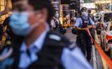 8月11日、立ち入り禁止ラインを引く香港警察(GettyImages)