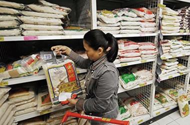 中国のスーパーマーケットでコメを購入している女性(Getty Images)