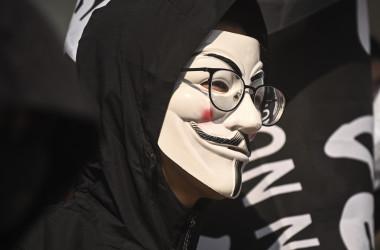 2019年11月7日、香港の抗議デモで、映画『Vフォー・ヴェンデッタ』でおなじみのガイ・フォークスのマスクをつけている大学生(PHILIP FONG/AFP via Getty Images)