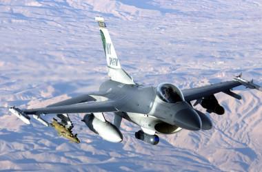 米国の製造する戦闘機F-16(Wikipedia)