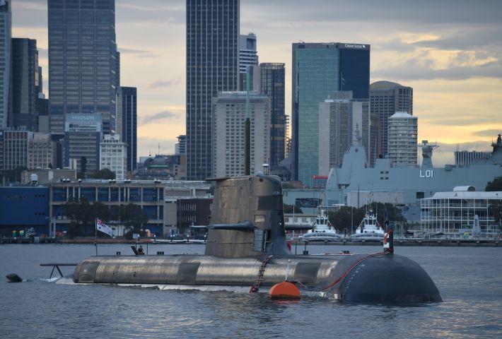 南オーストラリア州の上院議員は同州にある中国領事館の閉鎖を求めている。写真はシドニー湾に浮かぶ、オーストラリア海軍の気動車と電気駆動の潜水艦、コリンズ・クラス。参考写真(PETER PARKS/AFP via Getty Images)