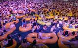 2020年8月15日、中国・武漢で行われた水上音楽フェスに3000人が集まり、会場は人であふれていた(GettyImages)