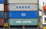 2020年3月11日、ドイツ・ハンブルク港で、中国企業の中国海運集団(China Shipping)と中国遠洋海運集団有限公司( COSCO )のコンテナが積み込まれている(Fabian Bimmer/File Photo/Reuters)