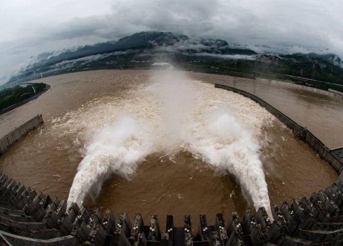 8月21日、中国の長江にある世界最大級の三峡ダムの水位が最高レベルに迫っている。水位を下げるため放流する同ダム。7月撮影。提供写真(2020年 ロイター/China Daily)