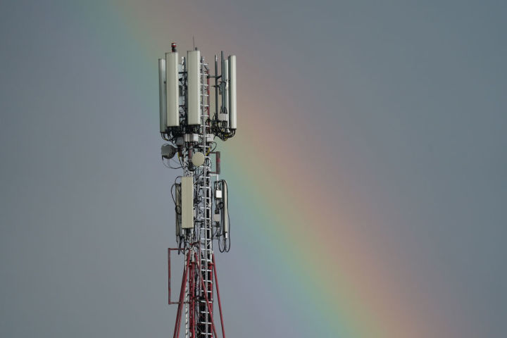 インド政府内部では第5世代(5G)移動通信網の導入計画から、華為技術(ファーウェイ)と中興通訊(ZTE)を排除する動きに出ている。携帯電話の電波塔、参考写真(GettyImages)