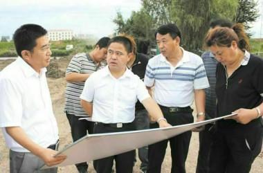 2012年8月、鶏西市市民公園の修繕工事現場を視察した李伝良氏(左から2番目)と田錦霞氏(右から1番目)(李伝良氏が提供)
