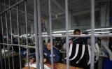 2008年3月7日、中国重慶市の刑務所で裁縫作業をする被収容者たち (China Photos/Getty Images)