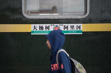 中国内モンゴル政府の教育当局は、9月1日の新学期から、すべての学校は中国語で授業を行うと発表した。 現地住民が抗議した。内モンゴルの鉄道列車。漢字表記しかない(Tao Zhang/Getty Images)