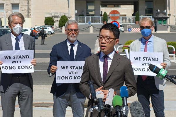 8月25日、イタリア外務省の外で、王毅外相の訪問に抗議する香港の活動家・羅冠聰氏(Marco D'Ippolito/大紀元)