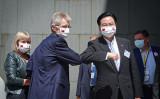 ビストルチル・チェコ上院議長(前左)は8月31日、台湾国立政治大学で講演を行い、台湾外交部の呉剣燮外相(前右)と肘と肘で挨拶を交わした