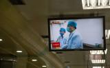 北京の地下鉄でスクリーンに映る医師たち、参考写真(GettyImages)