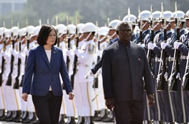 写真は台湾を訪問するソロモン諸島ソガバレ首相(右)と迎えた蔡英文総統(GettyImages)