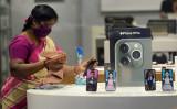 インドのチェンナイにあるアップルストアで消毒をしている女性店員(ARUN SANKAR/AFP via Getty Images)