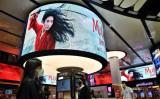 タイの首都バンコクに掲げられた、ディズニー最新映画『ムーラン』の大型広告。9月8日撮影(GettyImages)