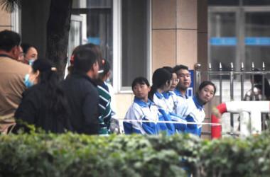 学校の近くに並ぶ生徒たちと家族。9月10日、内モンゴル自治区通遼市で撮影(GettyImages)