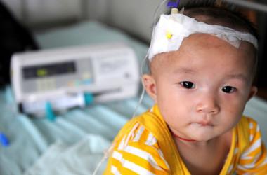 成都の病院に入院中の幼児。メラミン入り粉ミルクを飲み腎臓結石を患った。2008年9月撮影(GettyImages)
