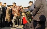 中国当局による法輪功学習者への弾圧は今もなお続いている。 写真は北京市天安門広場で私服警官によって殴打されている学習者(明慧網より)