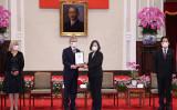 台湾の蔡英文総統(右から2番目)と賴清德副総統(右から1番目)は、台湾総統府で故クベラ前任議長へ授与する勲章を、チェコのビストルチル上院議長(左から2番目)に渡した。