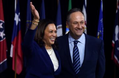 米民主党副大統領候補のカマラ・ハリス氏(左)と夫ダグラス・エンホフ氏(右)(GettyImages)