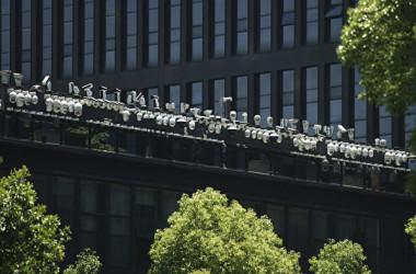 写真は、中国杭州市にあるダーファ(浙江大華技術)のオフィスビルの外にある監視カメラ(STR/AFP via Getty Images)