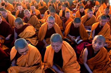 亡命先のネパールの寺院で読経するチベット僧たち、参考写真(GettyImages)