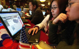 北京のネットカフェで、モニターを見つめる中国の大学生たち(GettyImages)