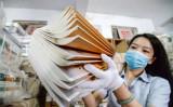 2020年8月24日、中国北部の河北省邯鄲市の書店で、新学期に向けて教科書を準備するスタッフ (Photo by STR / AFP) / China OUT (Photo by STR/AFP via Getty Images)