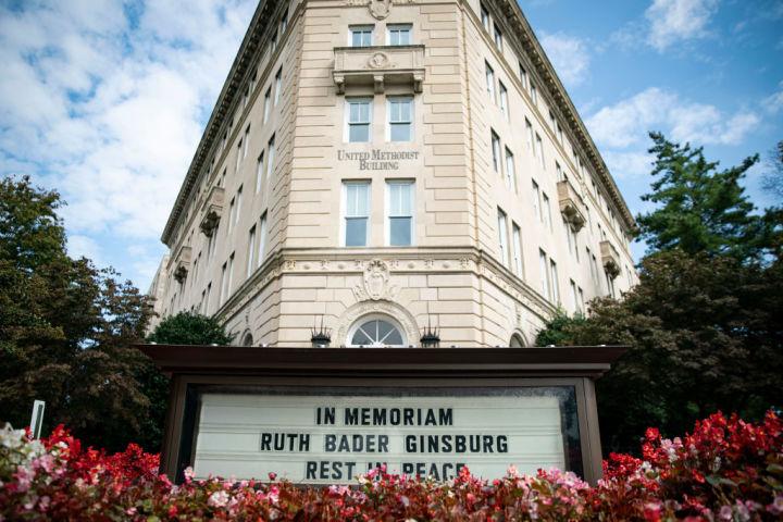 9月28日、連邦最高裁判所の隣に位置する合同メソジストビルに、連邦最高裁判事のルース・ベイダー・ギンズバーグ氏の死を悼むメッセージが掲載されている(Getty Images)